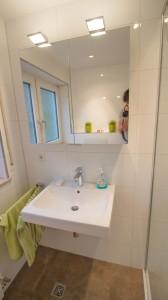 Waschtisch mit Spiegelschrank-min